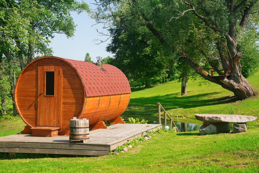 Eine Fass-Sauna im Garten